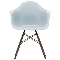 Vitra Eames DAW stoel met donker esdoorn onderstel